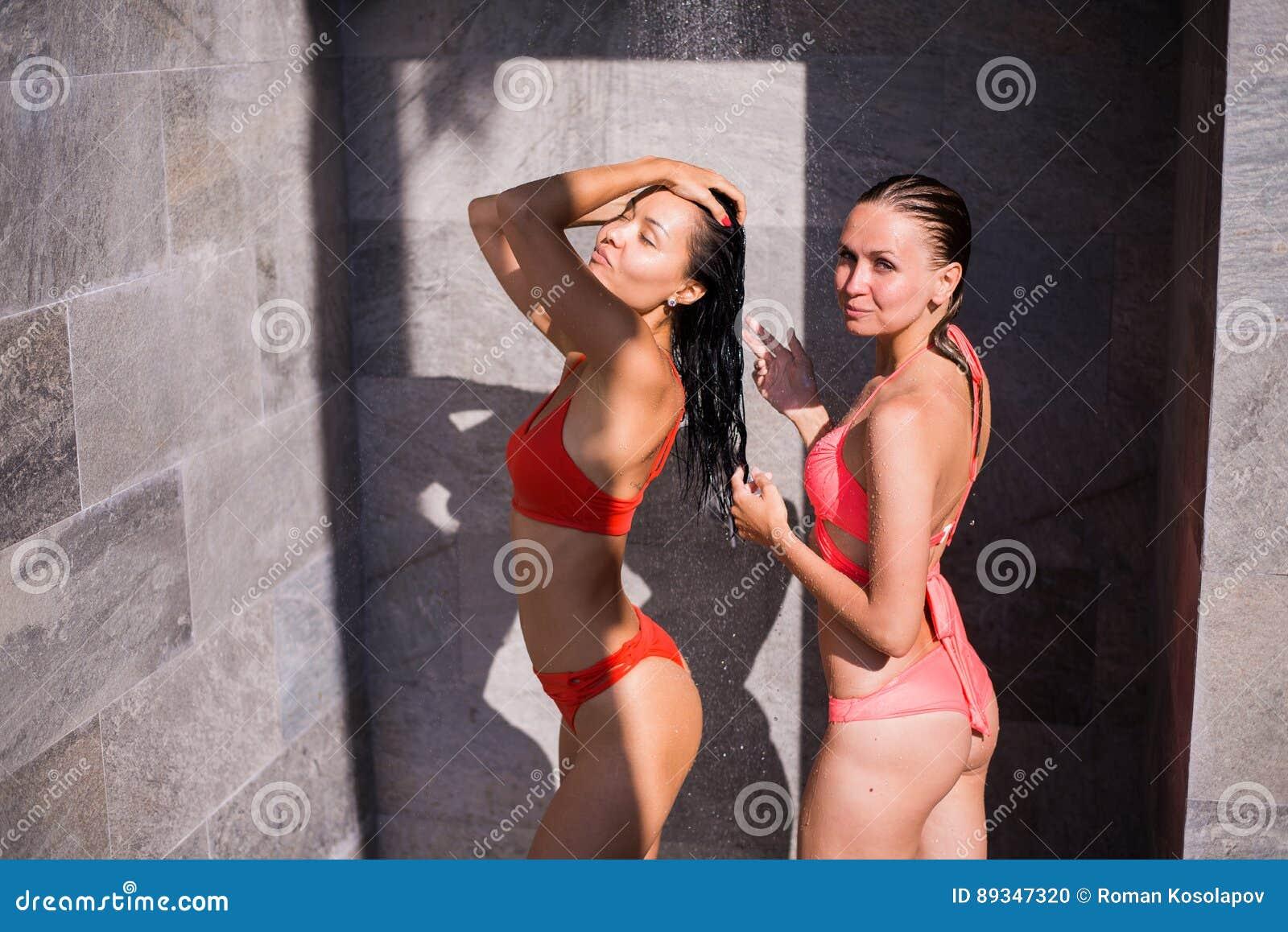 Mädchen in den Duschen Schwalbe Porno-Röhre