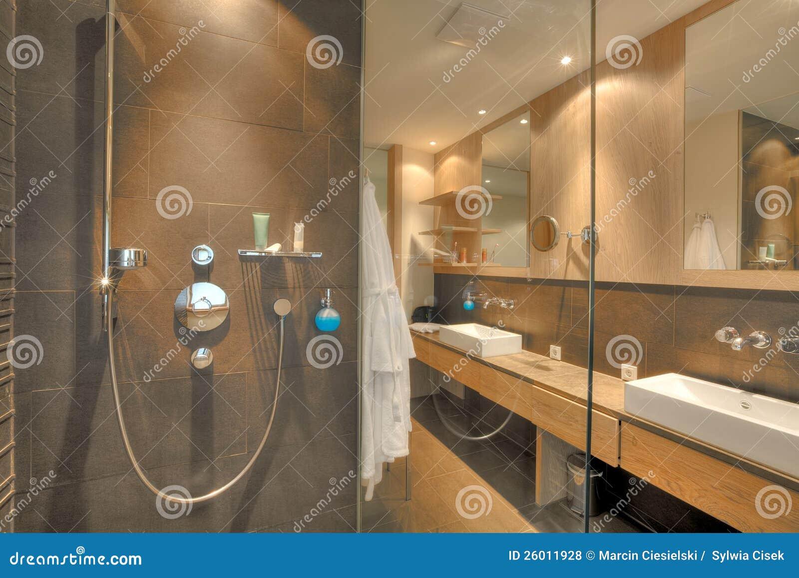 Dusche In Einem Schönen Badezimmer Stockfoto - Bild von ...