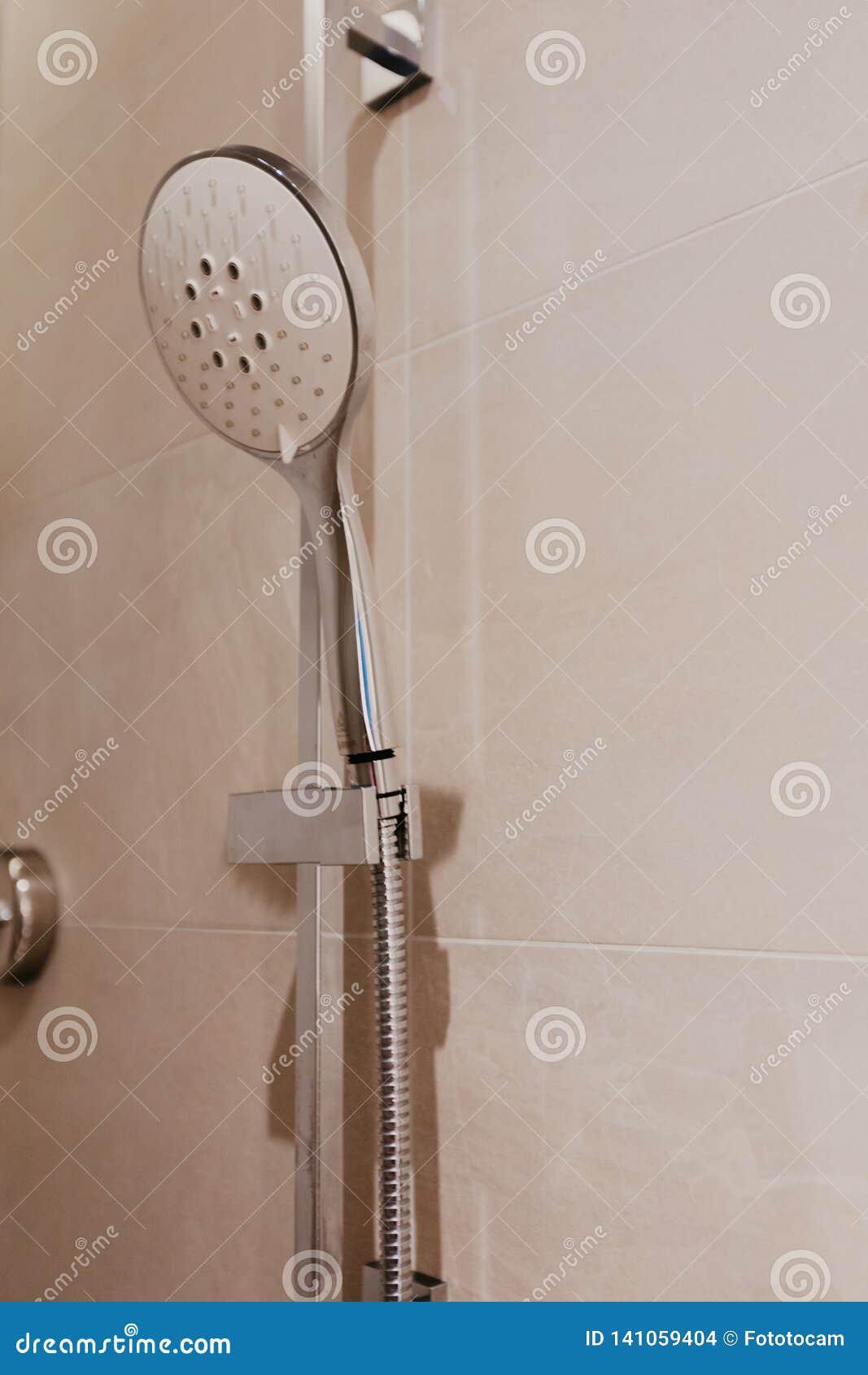 Dusche im Badezimmerinnenraum - Bild