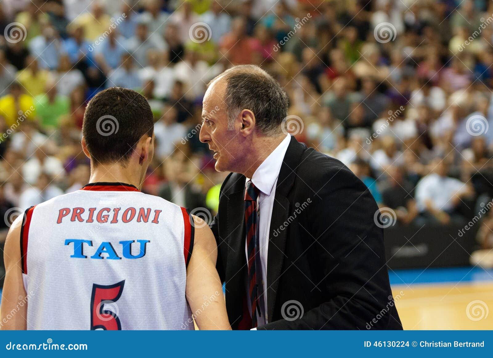 Dusko Ivanovic erteilt seinem Spieler auf dem Match Anweisungen gegen F Basketball-Team C Barcelona