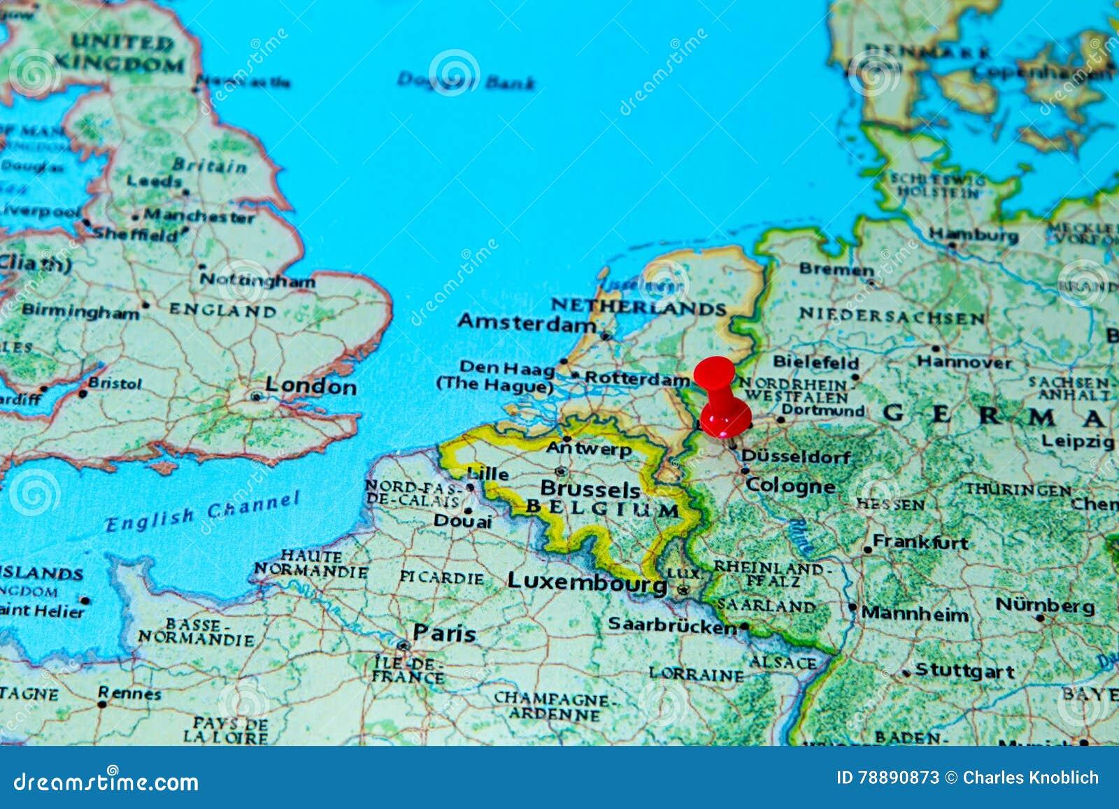Dusseldorf Deutschland Steckte Auf Eine Karte Von Europa Fest
