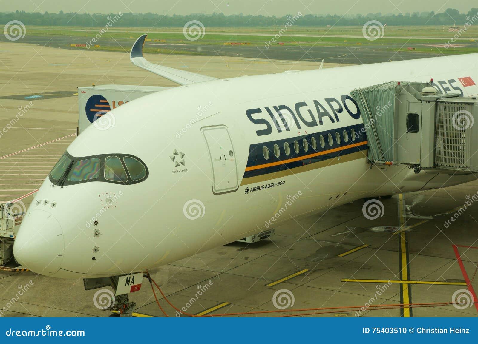 DUSSELDORF - 22nd JULI 2016: Flyg för öppningsanförande för Singapore Airlines flygbuss A350