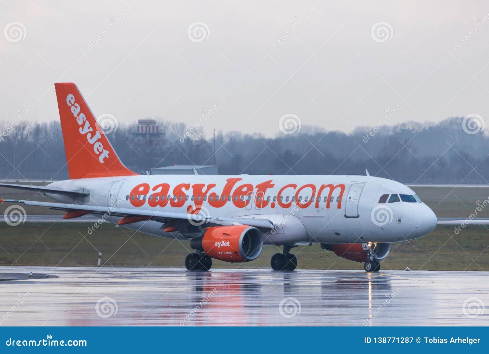 Dusseldorf, nrw/Alemanha - 11 01 18: avião fácil do jato no aeroporto Alemanha de dusseldorf na chuva