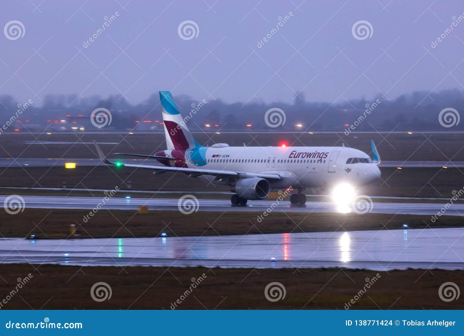 Dusseldorf nrw, Germany,/- 11 01 19: eurowings samolotowi przy Dusseldorf lotniskowy Germany w deszczu