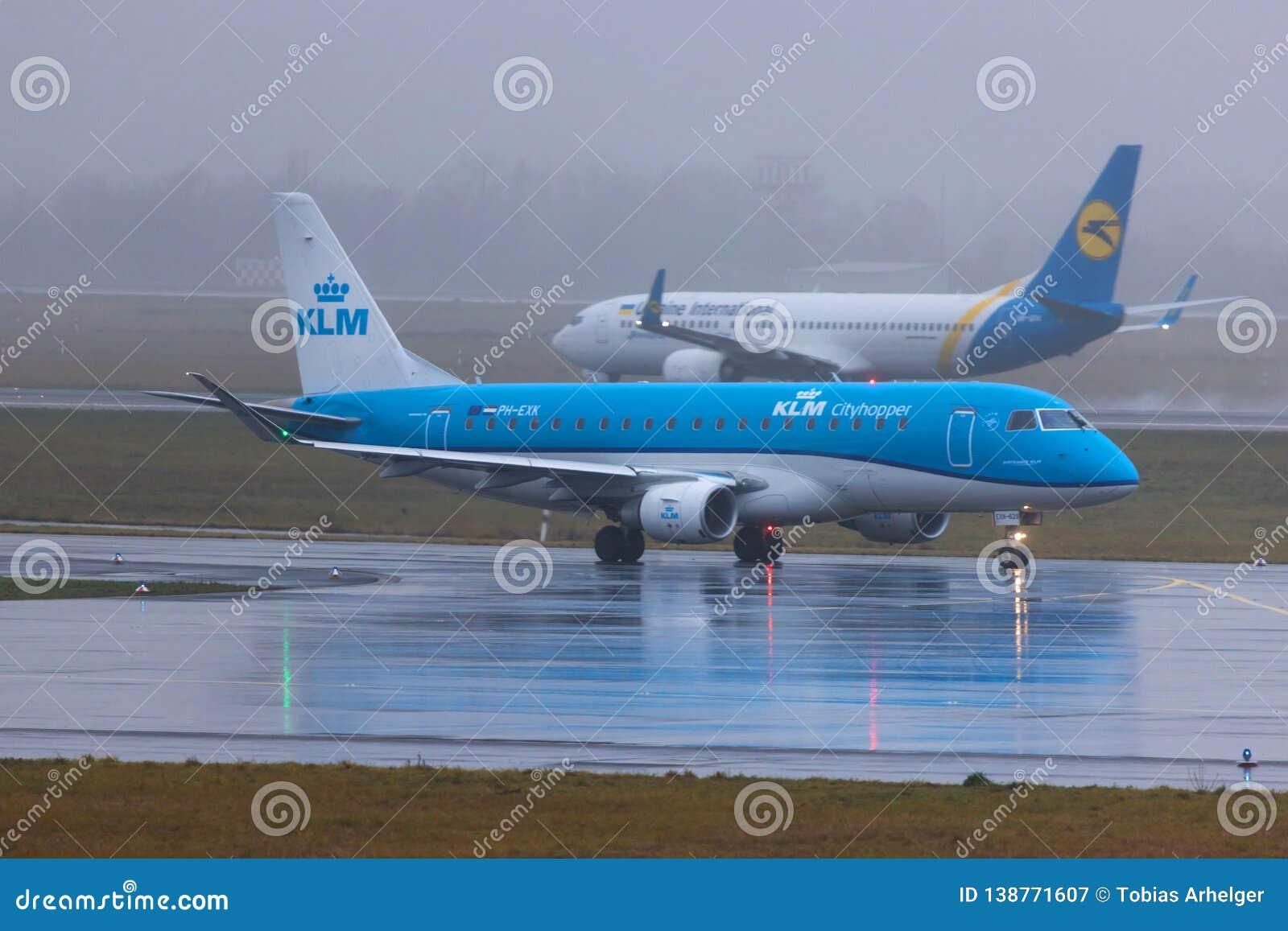 Dusseldorf nrw, Germany,/- 11 01 19: lkm linie lotnicze samolotowe przy Dusseldorf lotniskowy Germany w deszczu