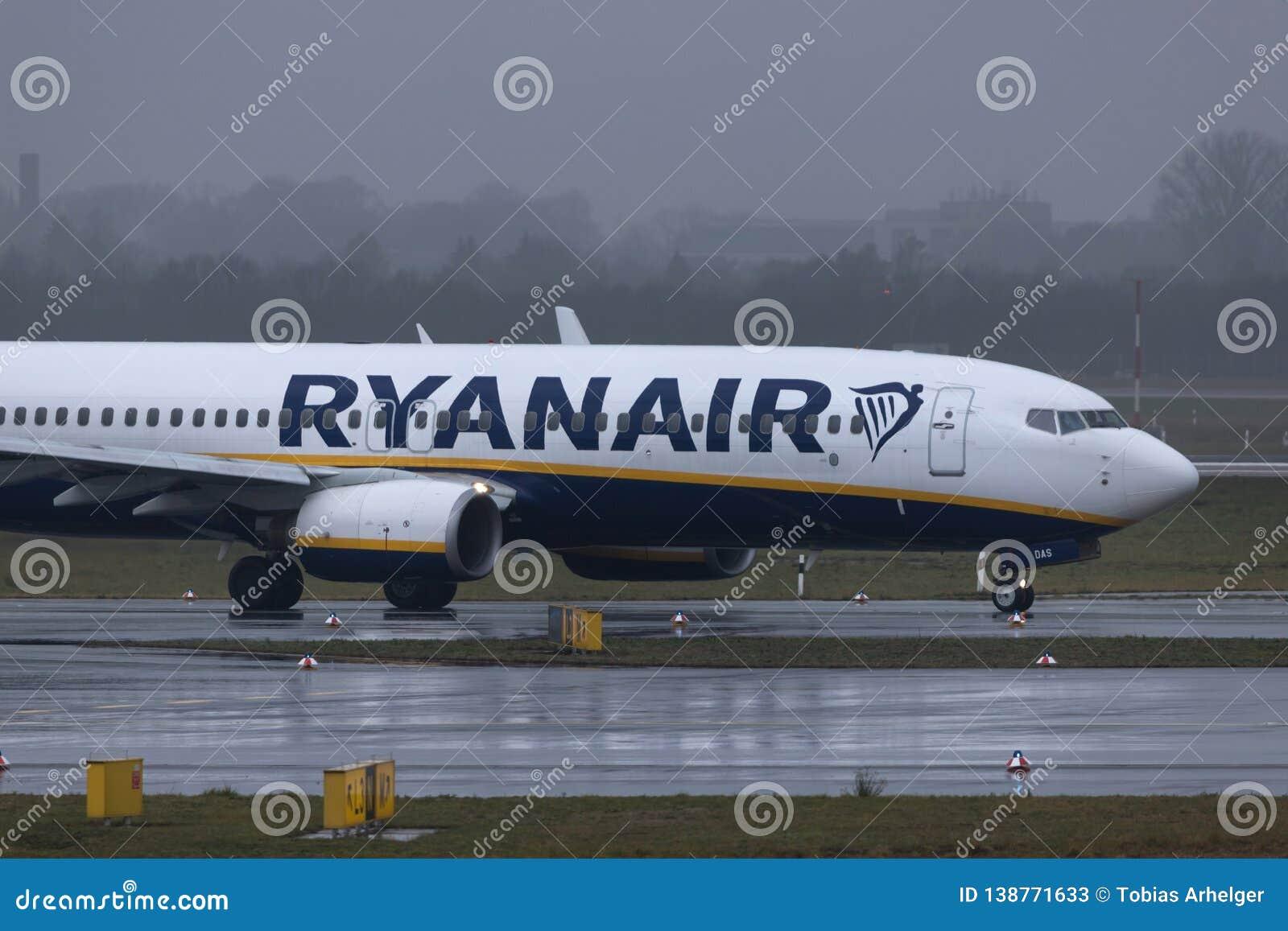 Dusseldorf nrw, Germany,/- 11 01 19: ryanair samolot przy Dusseldorf lotniskowy Germany w deszczu