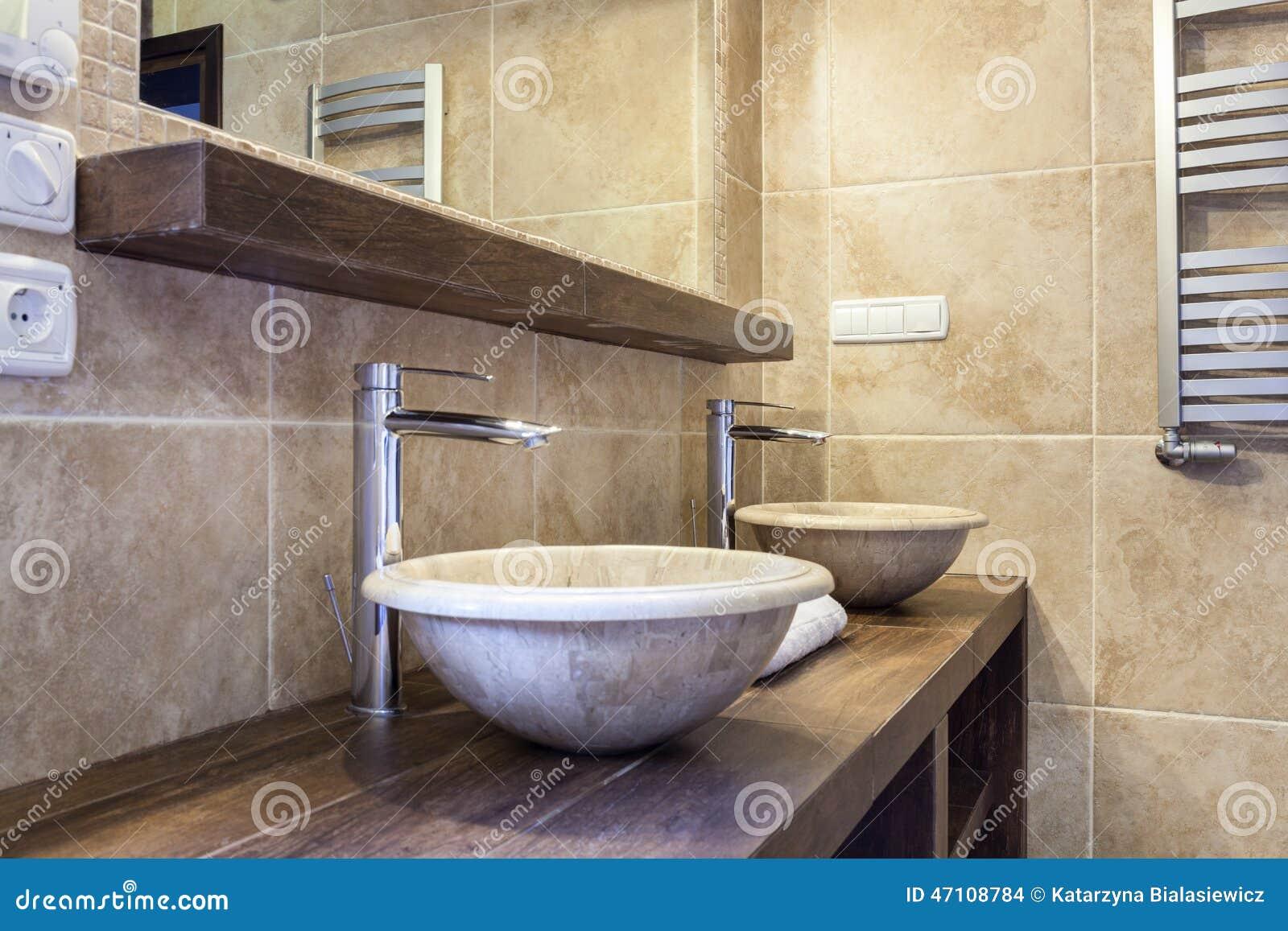 Duur toilet met marmeren wasbak stock foto afbeelding bestaande
