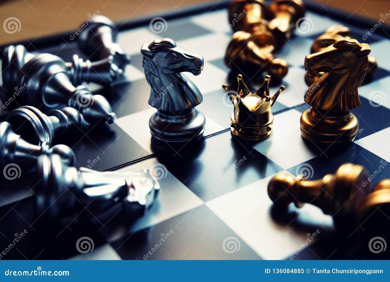 Duur twee ridderstribune tegen elkaar, vechtend voor de kroon Bedrijfs concurrerend concept De ruimte van het exemplaar