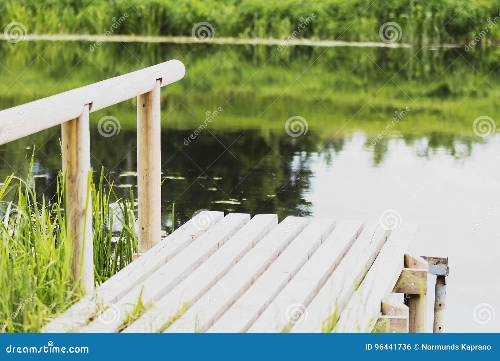 , duurzaam houten dok op de rivier voor visserij