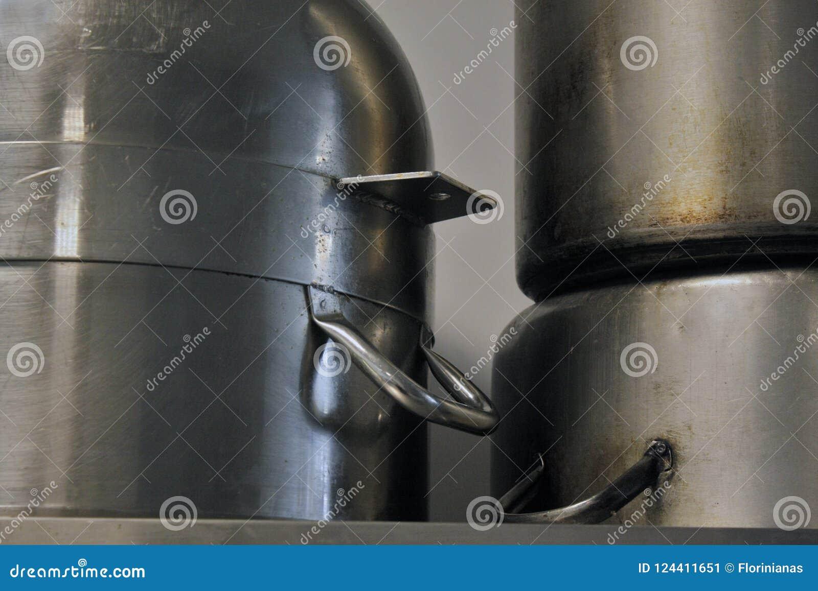 Duzi metali garnki na półce do góry nogami