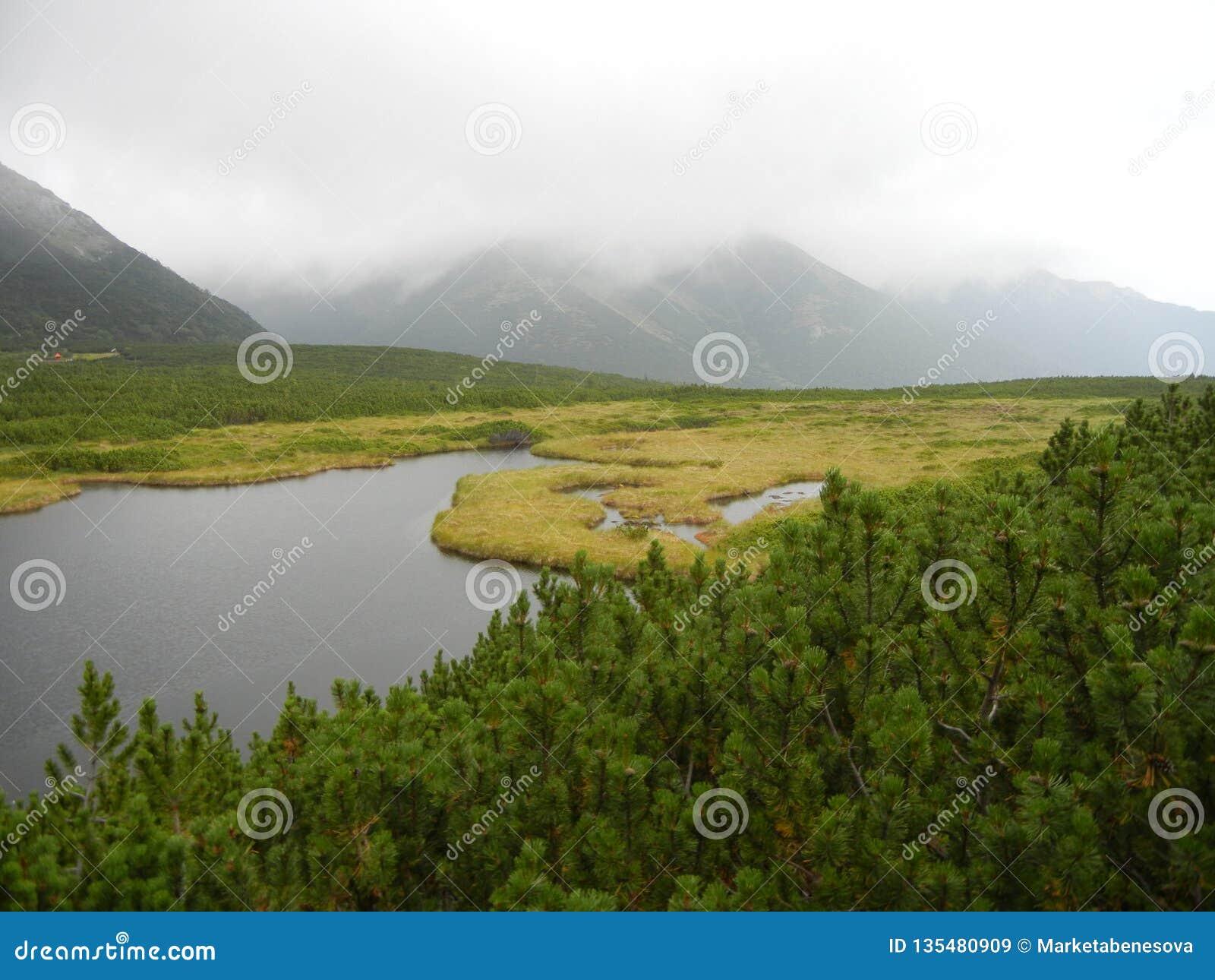 Dvärgen sörjer och en sjö i bergen