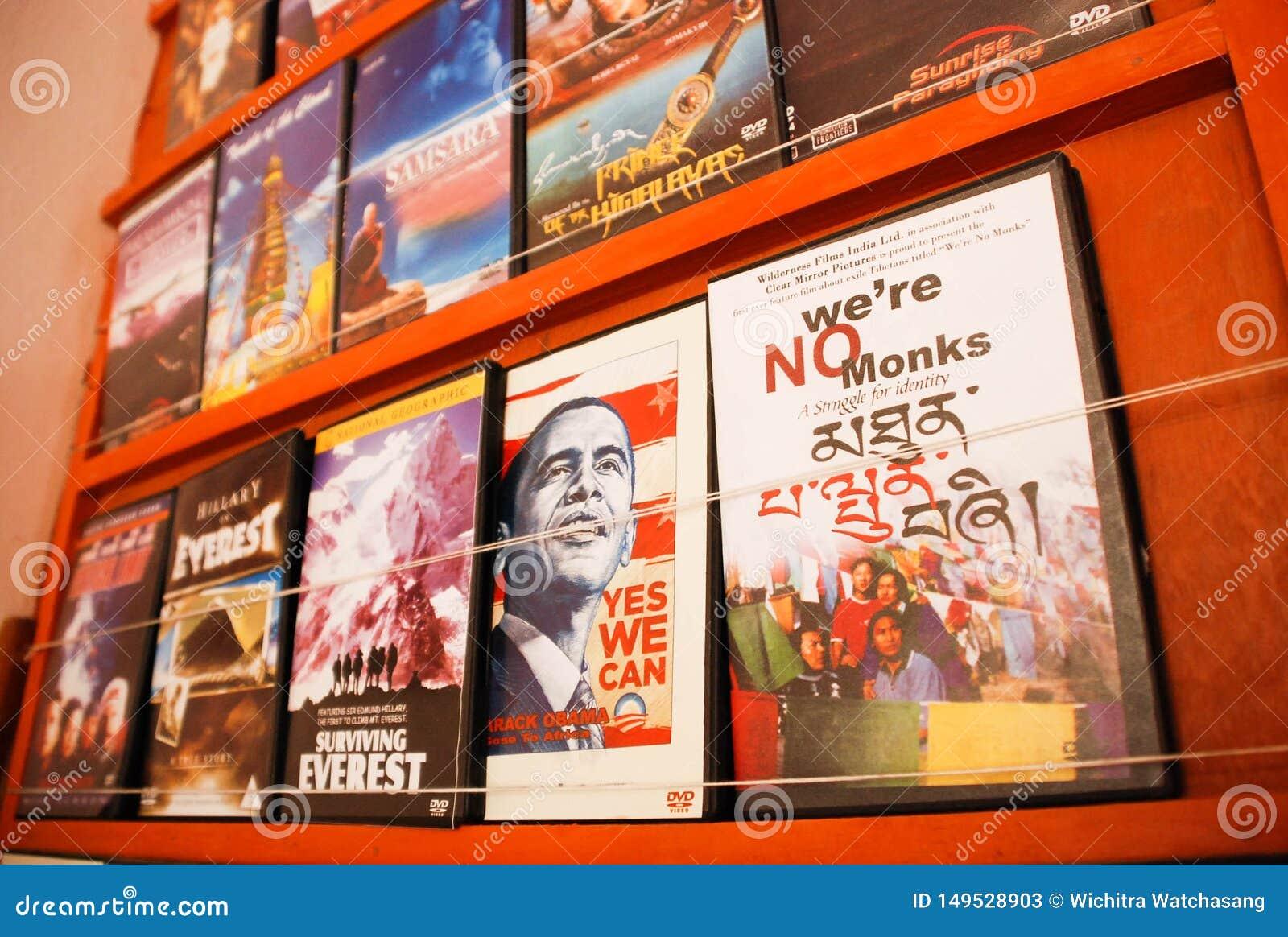 DVD über nepalesische Reise und Kultur und amerikanischer Führer auf dem shelt am Geschäft an Pokhara-Stadt, Nepal