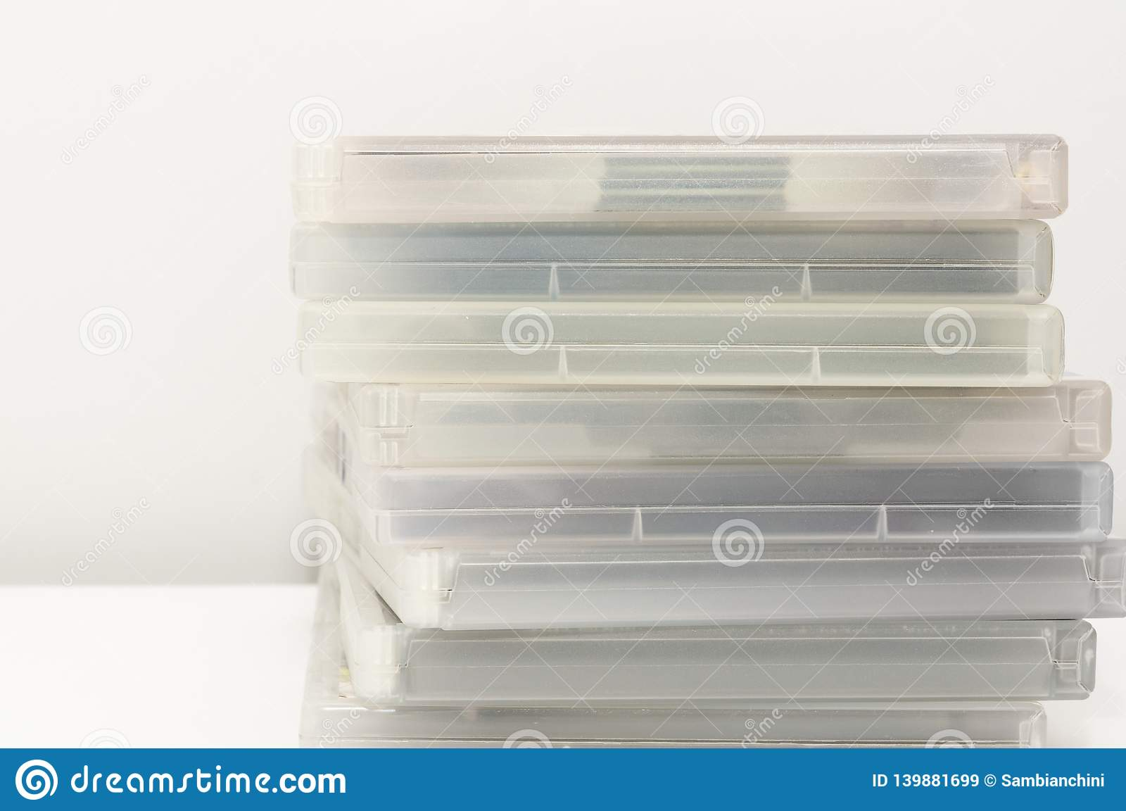 DVD-fall som staplas på yttersida