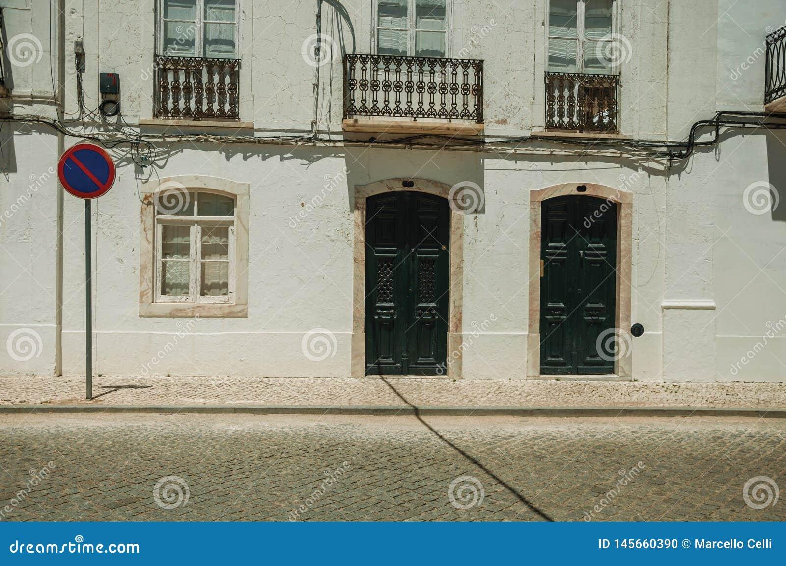 Dwór fasada z krakingową ścianą i ŻADNY czekanie drogowym znakiem