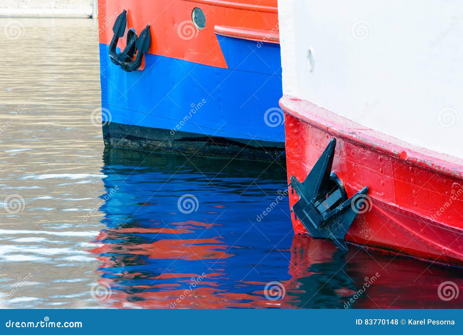 Dwa ładunku statku czeka żeglować