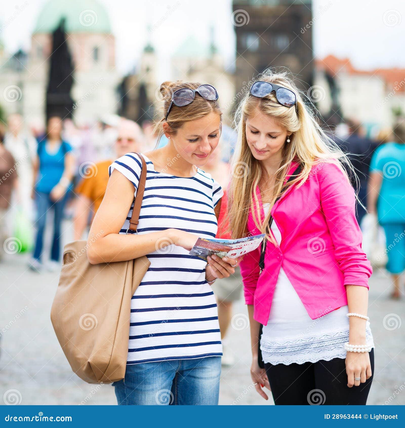 Dwa żeńskiego turysty chodzi wzdłuż Charles mosta