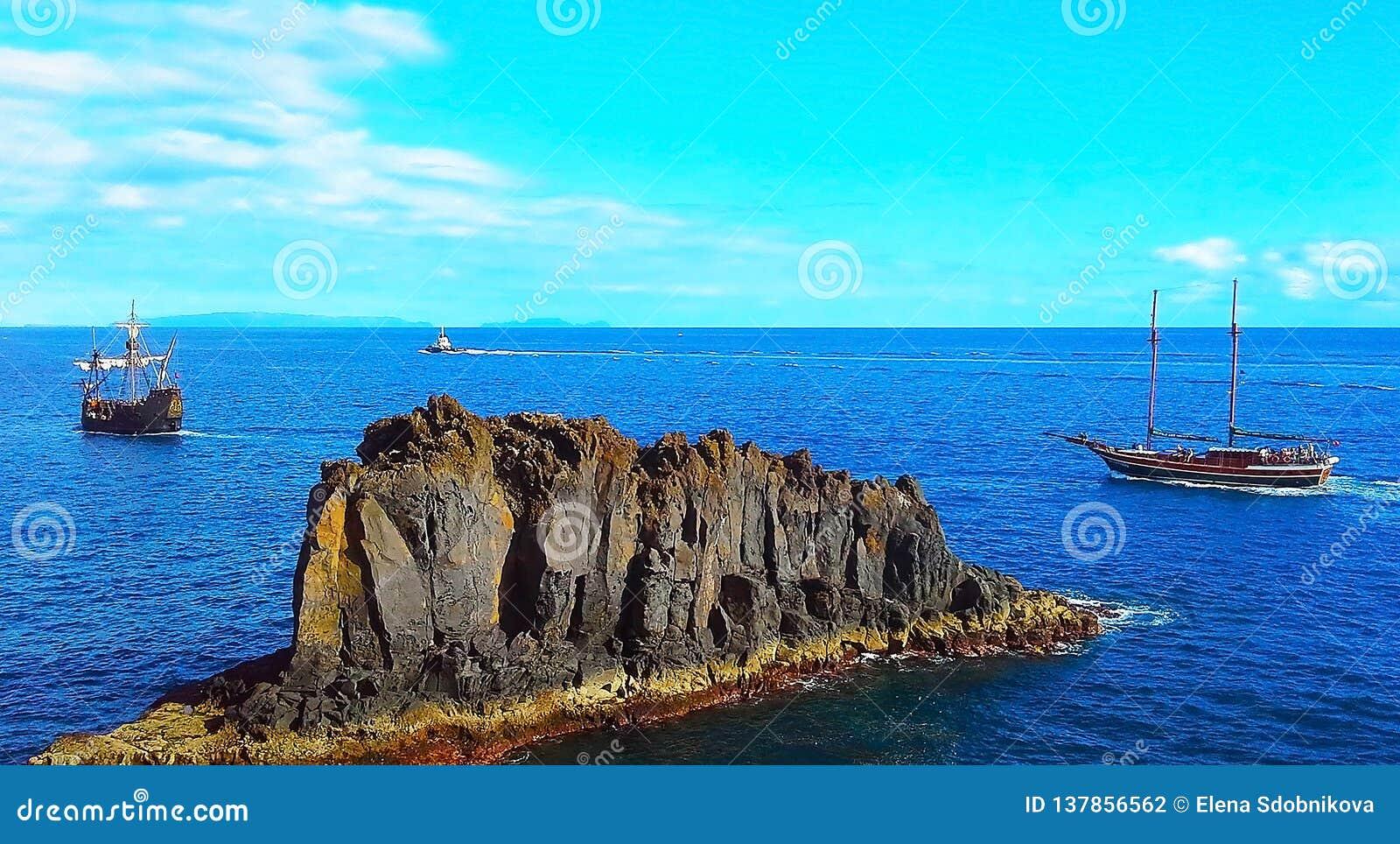 Dwa żeglowania łódź i łódź w oceanie Madera, Funchal, Portugalia