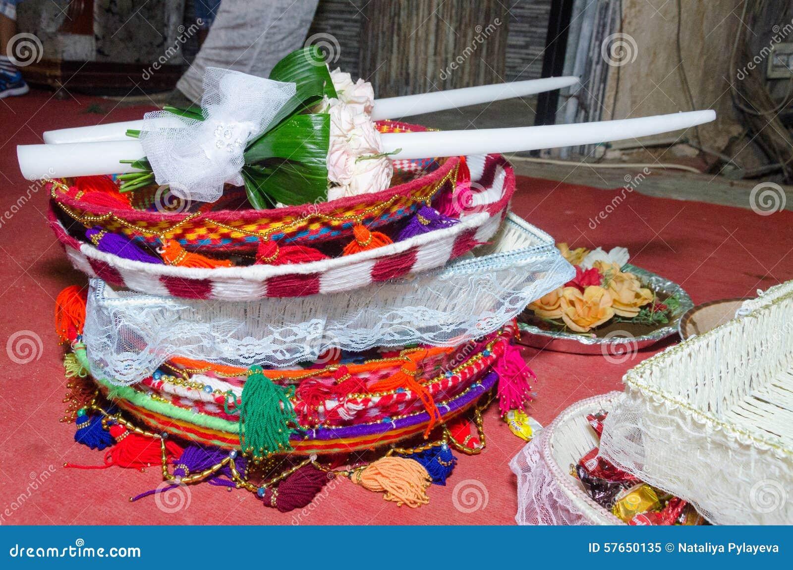 Dwa białej ślubnej świeczki apartamentu i kosze cukierek w orientale projektują przy festiwalu hina