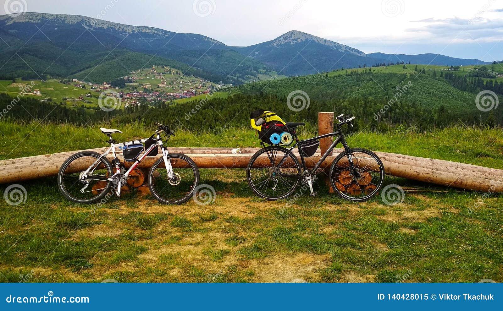 Dwa bicyklu na tle Karpackie góry gdzieś