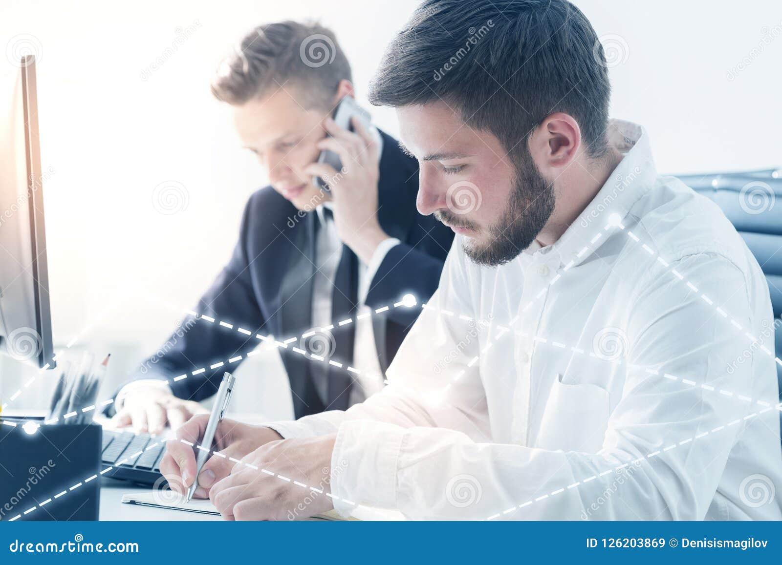 Dwa biznesmena pracuje w biurze, wykres kopia
