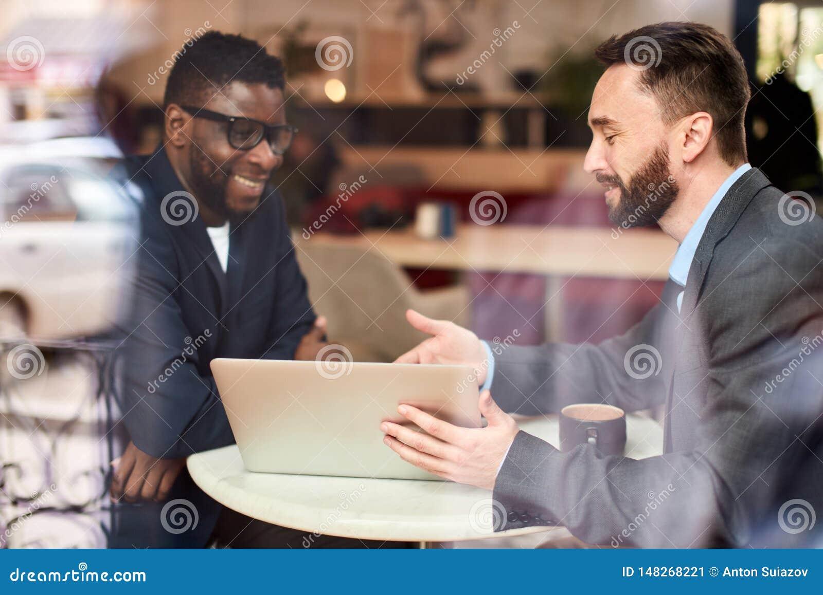 Dwa biznesmena przy kawiarnią