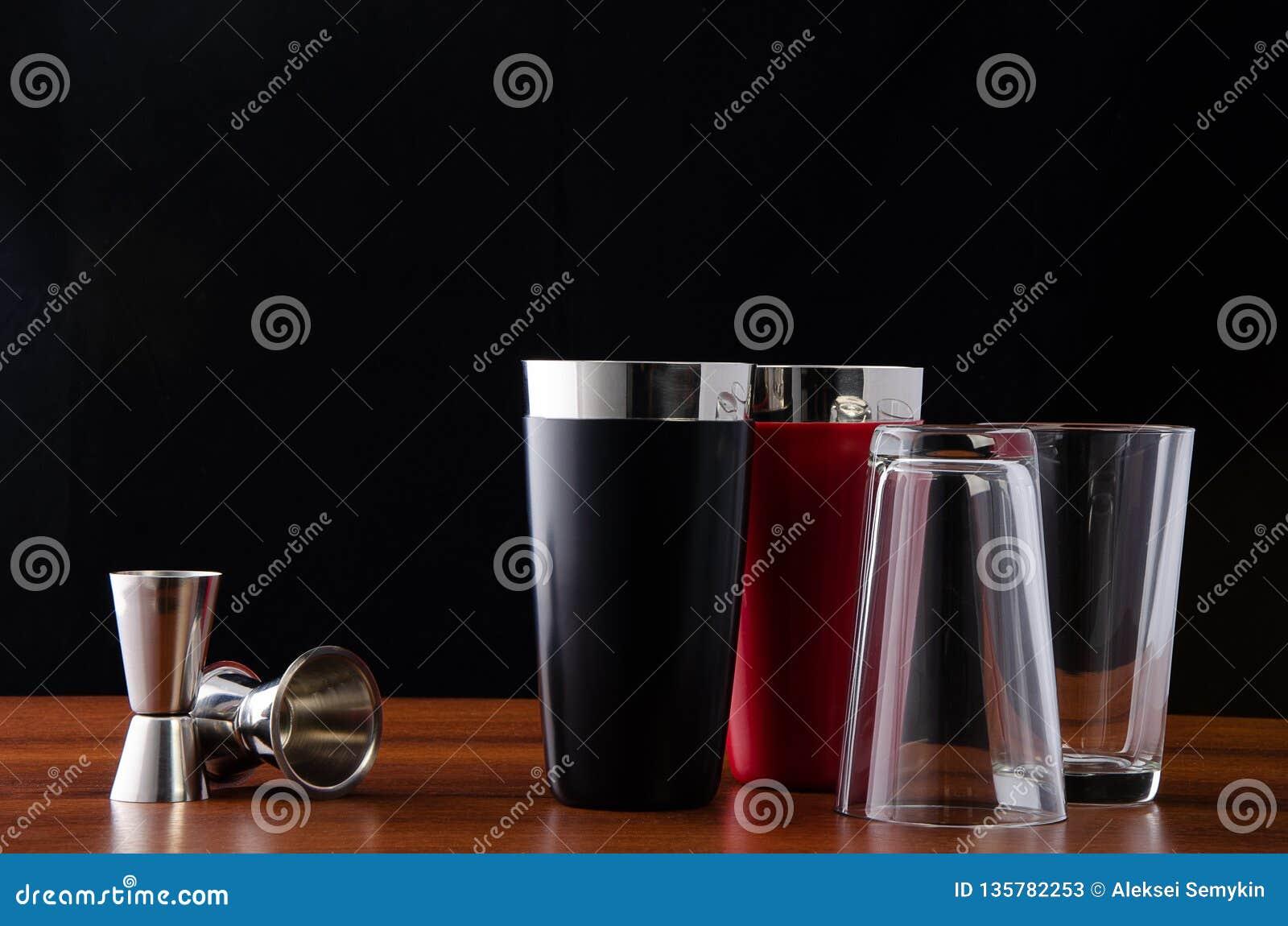 Dwa Boston potrząsacza, czerń, czerwień i dwa osadzarki dla robić koktajlom przy barem, Potrząsacz demontujący: szklana pokrywa