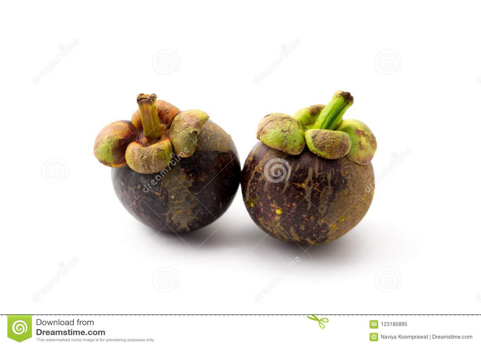 Dwa całe mangostan owoc na białym tle