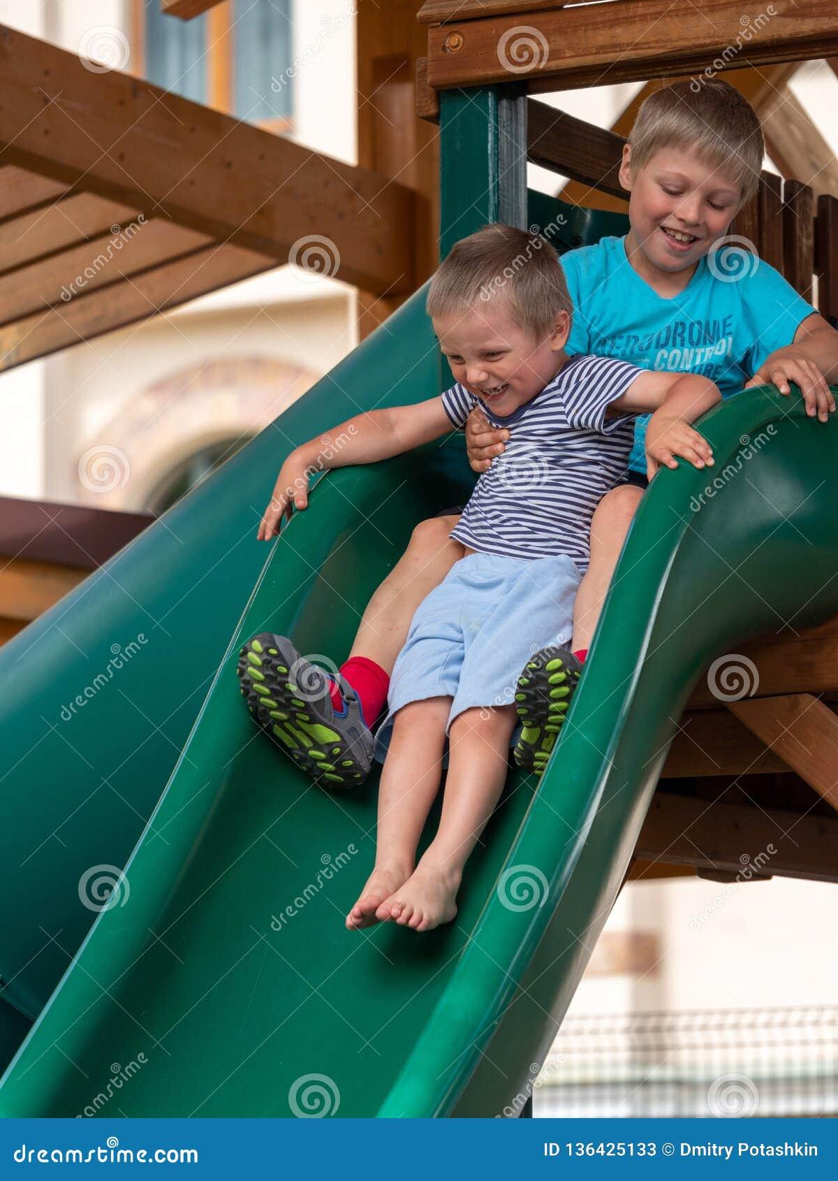 Dwa chłopiec bawić się na wzgórzu na boisku