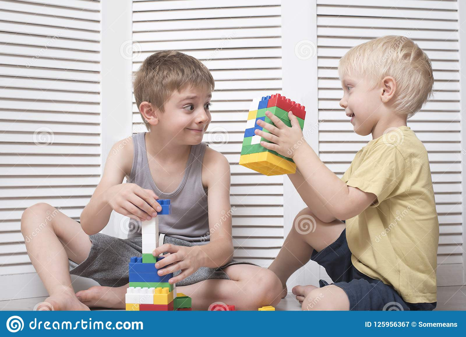 Dwa chłopiec bawić się projektanta Komunikacja i przyjaźń