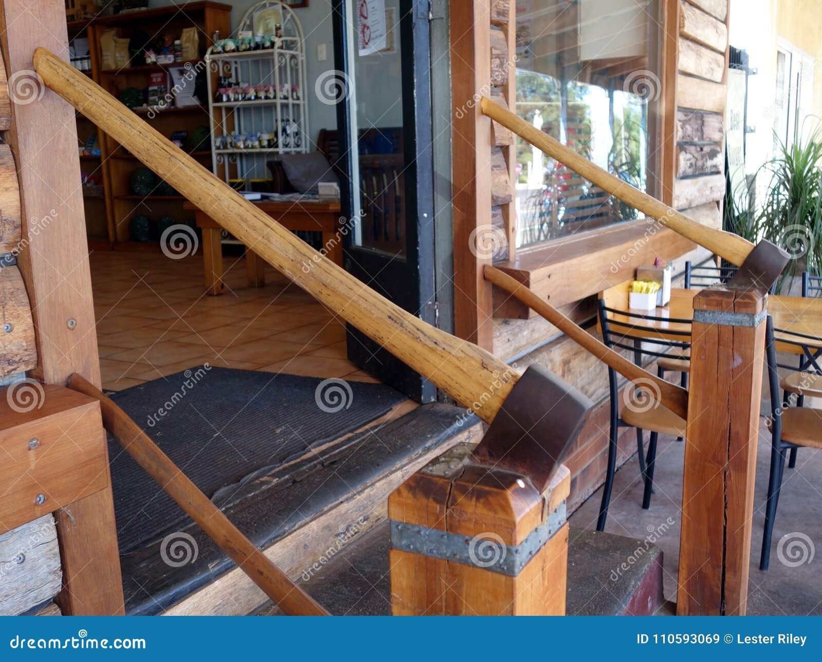 Dwa cioski młotkującej w drewniane poczta tworzy ręka poręczy kroki up w sklep