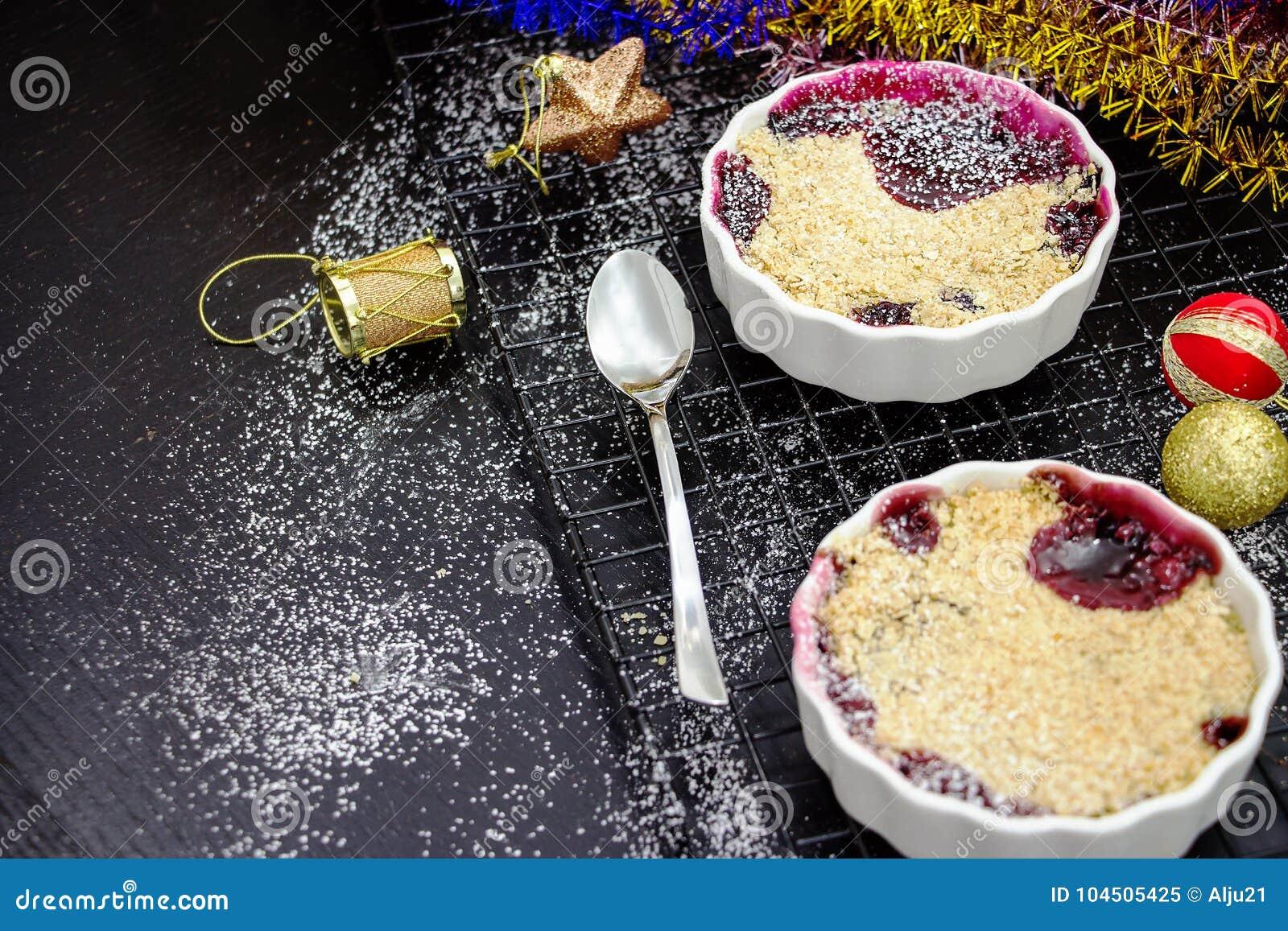 Dwa Domowej roboty wyśmienicie rozdrobnią z jagodami w porcyjnym ramekin