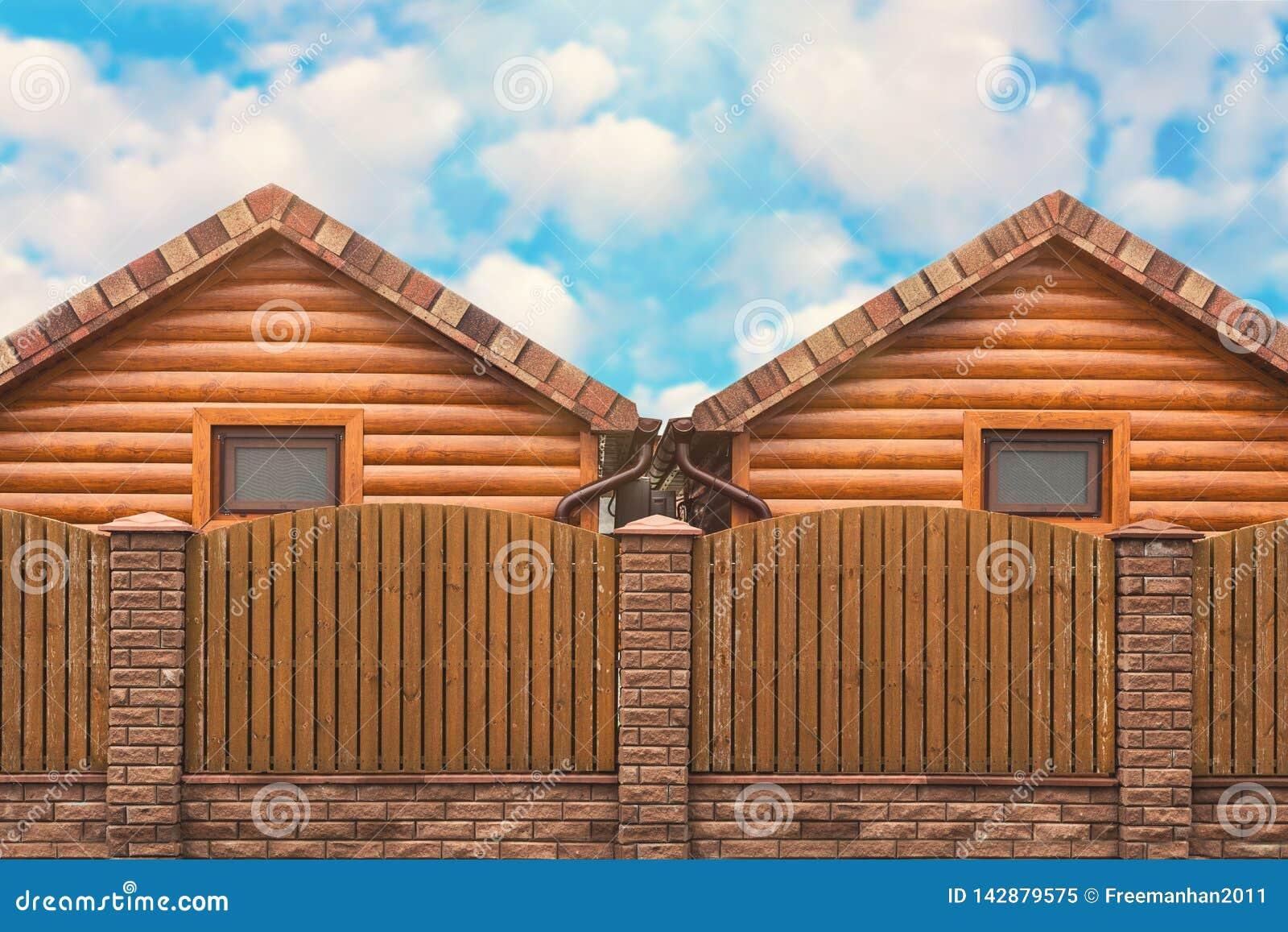 Dwa drewnianego domu z brązu ogrodzenia stojaka stroną strona - obok - Sąsiedztwo, nowy okręg