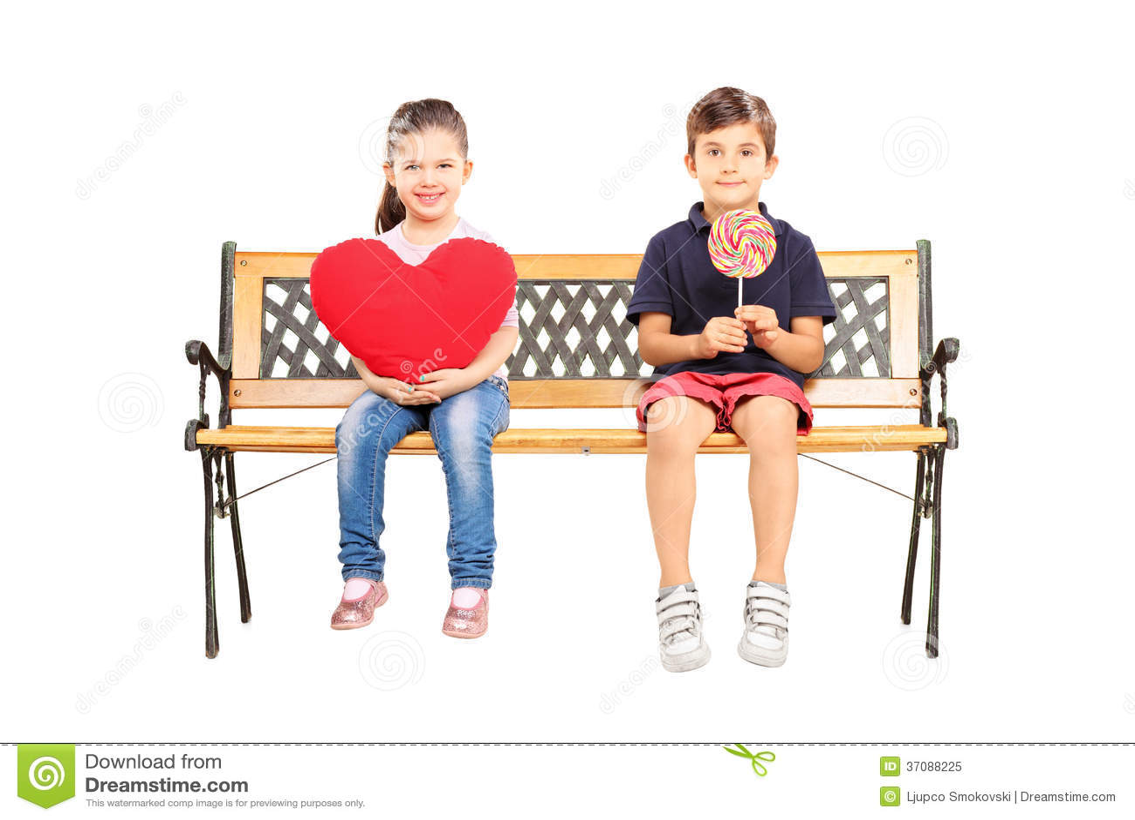 Download Dwa Dzieciaka Sadzającego Na ławce Trzyma Dużego Czerwonego Serce I Lizaka Obraz Stock - Obraz złożonej z rozochocony, przypadkowy: 37088225