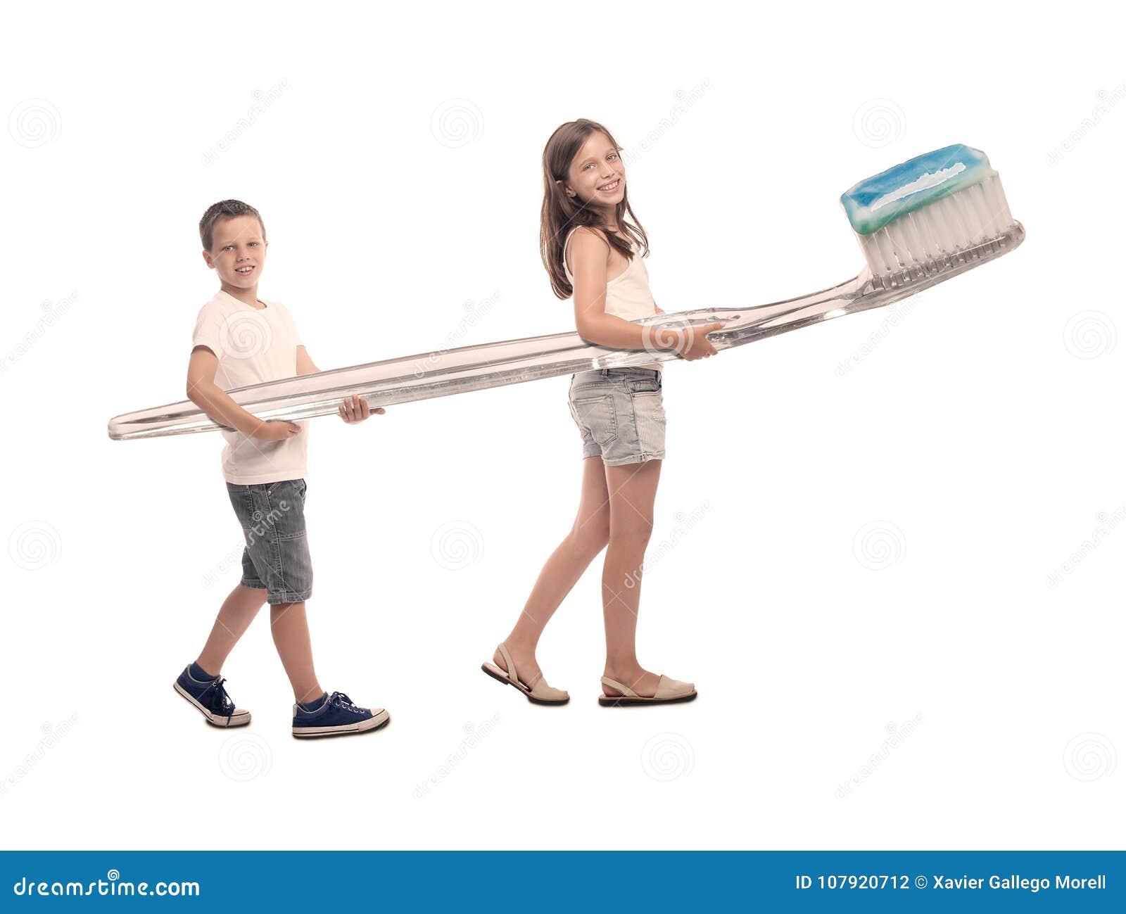 Dwa dziecka trzyma dużego toothbrush