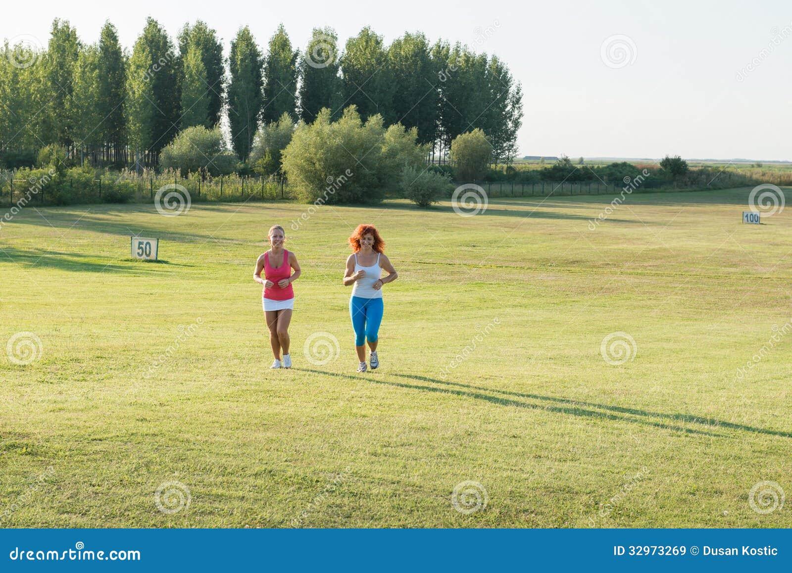 Dwa dziewczyny jogging