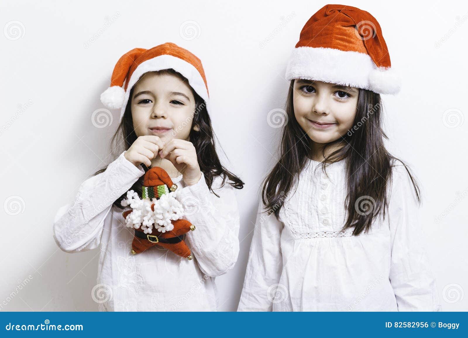 Dwa dziewczyny pozuje dla bożych narodzeń i nowego roku wakacji