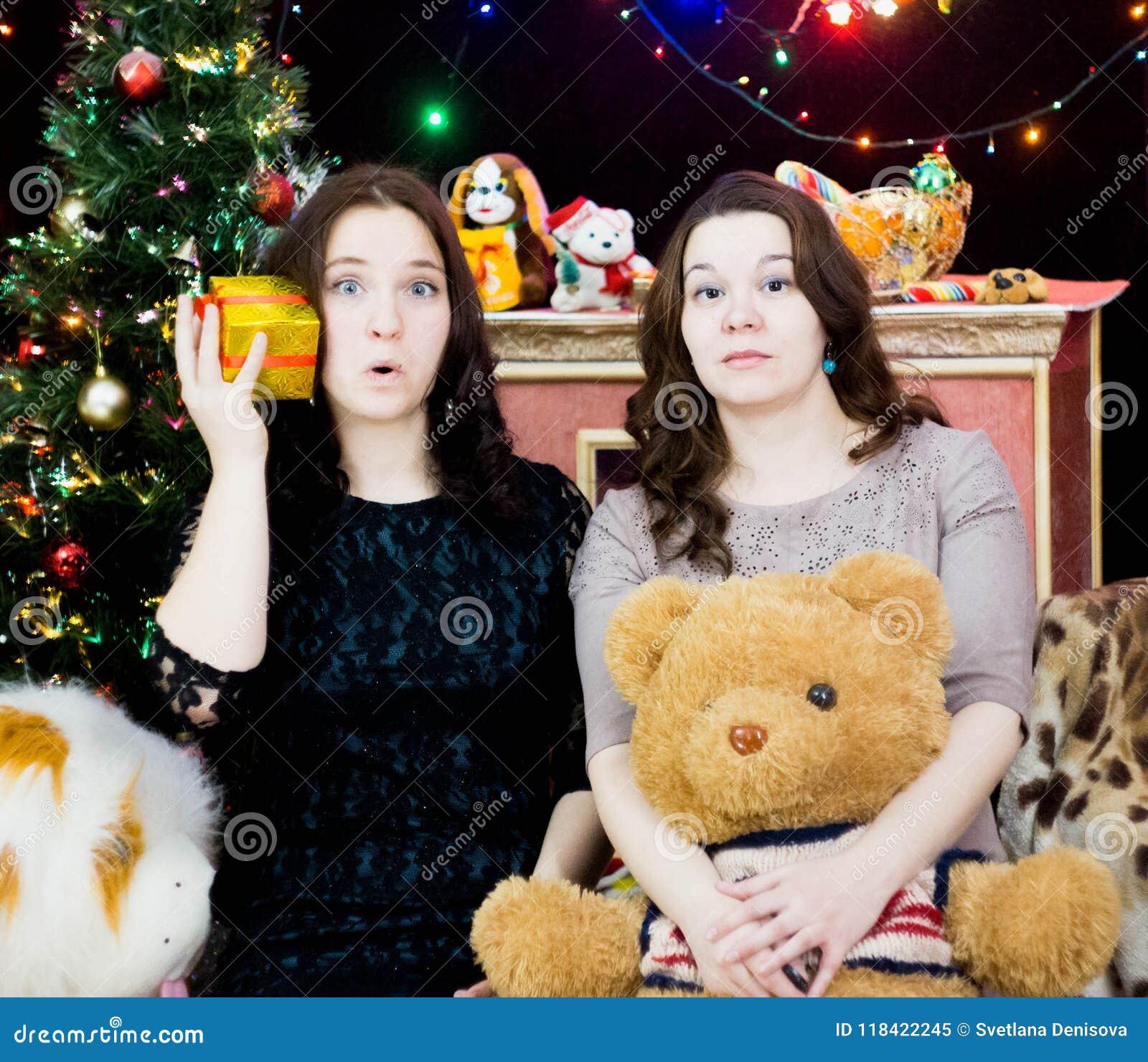 Dwa dziewczyny w Bożenarodzeniowym położeniu