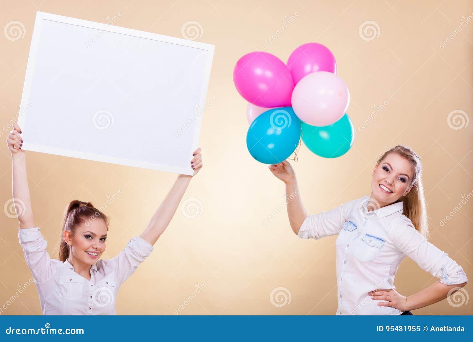 Dwa dziewczyny z puste miejsce balonami i deską