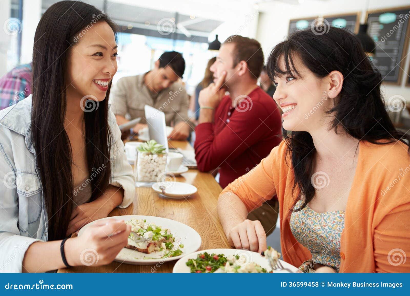 spotyka się z dziewczyną z wieloma męskimi przyjaciółmi