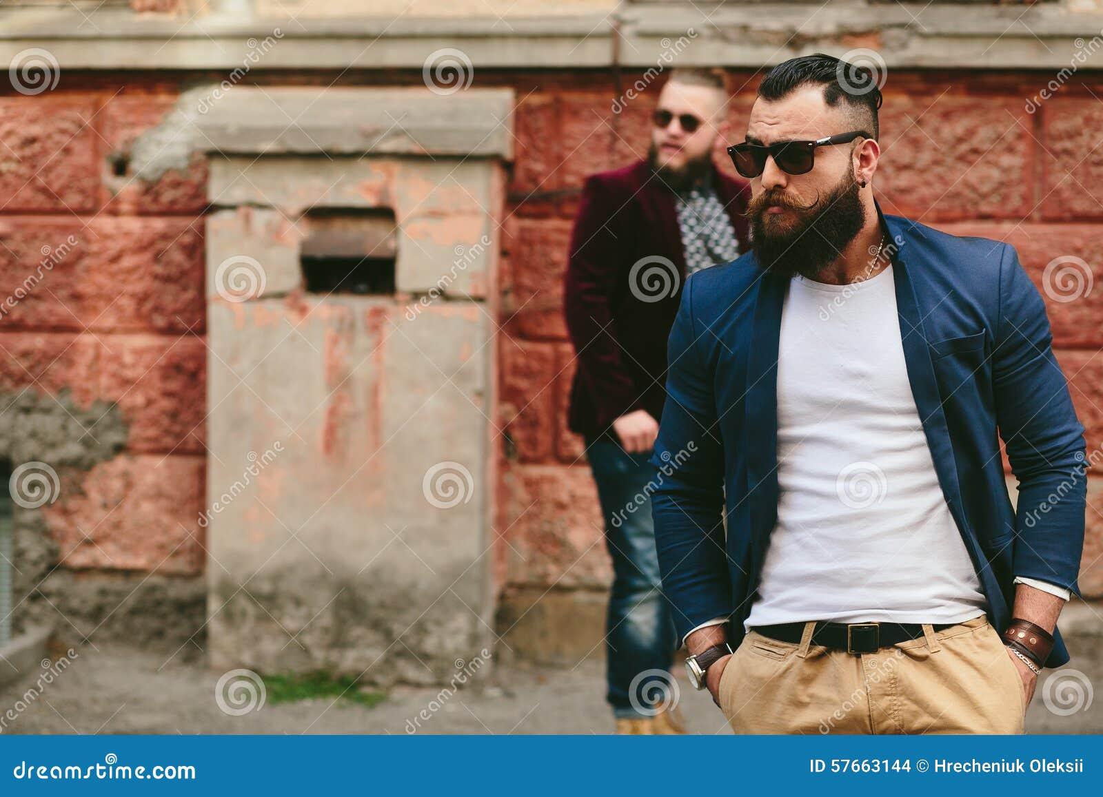 Dwa eleganckiego brodatego mężczyzna na tle each inny