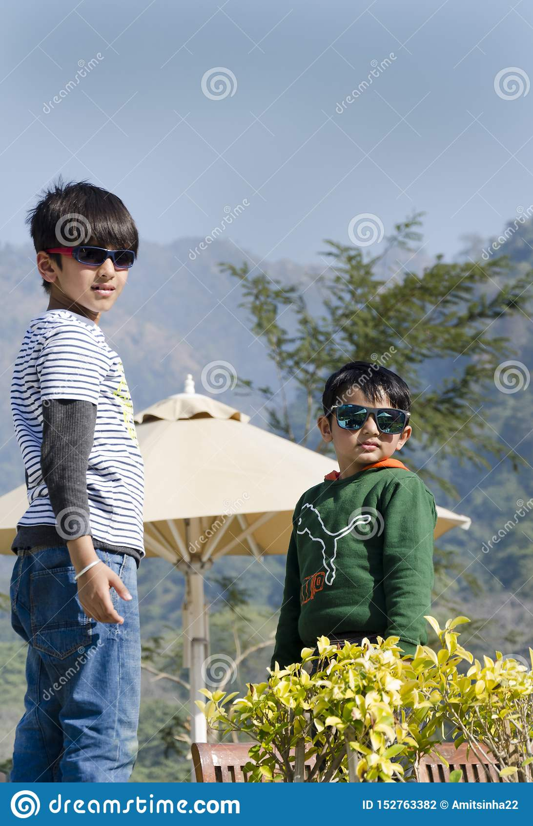 Dwa eleganckiego dzieciaka ma zabawę