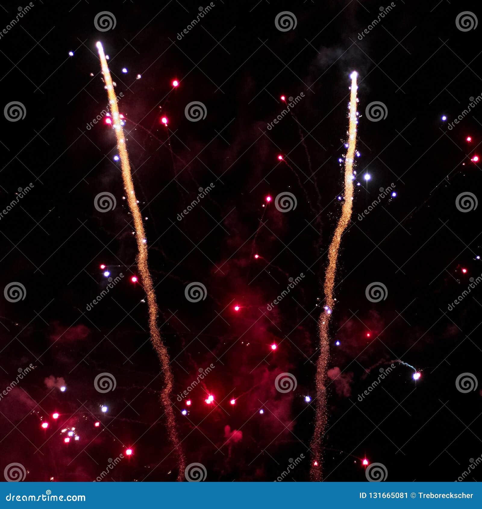 Dwa fajerwerk rakiety unoszą się w niebo