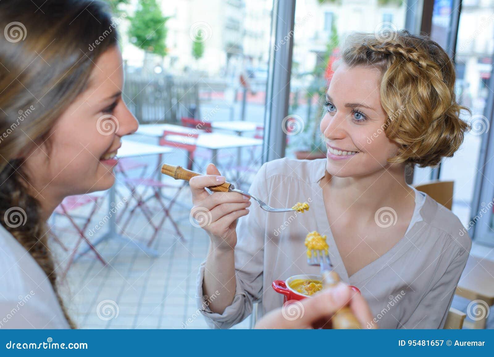 Dwa gorlfriends ma dobrego czas przy lokalną kawiarnią