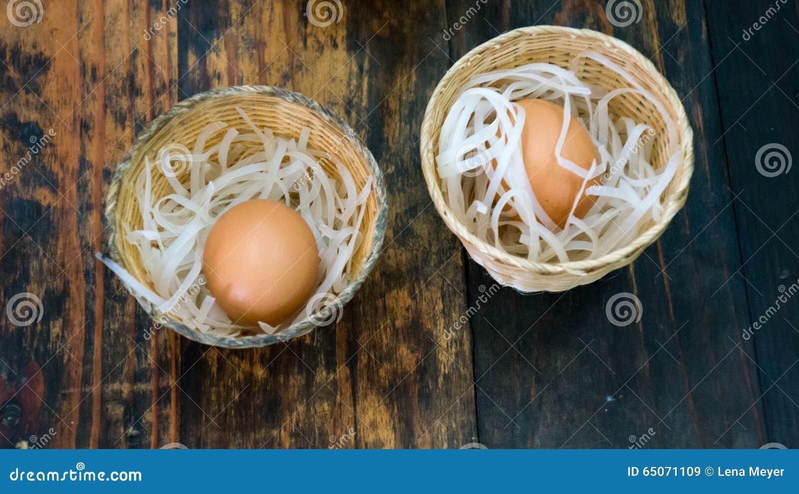 Dwa jajka w małych koszach