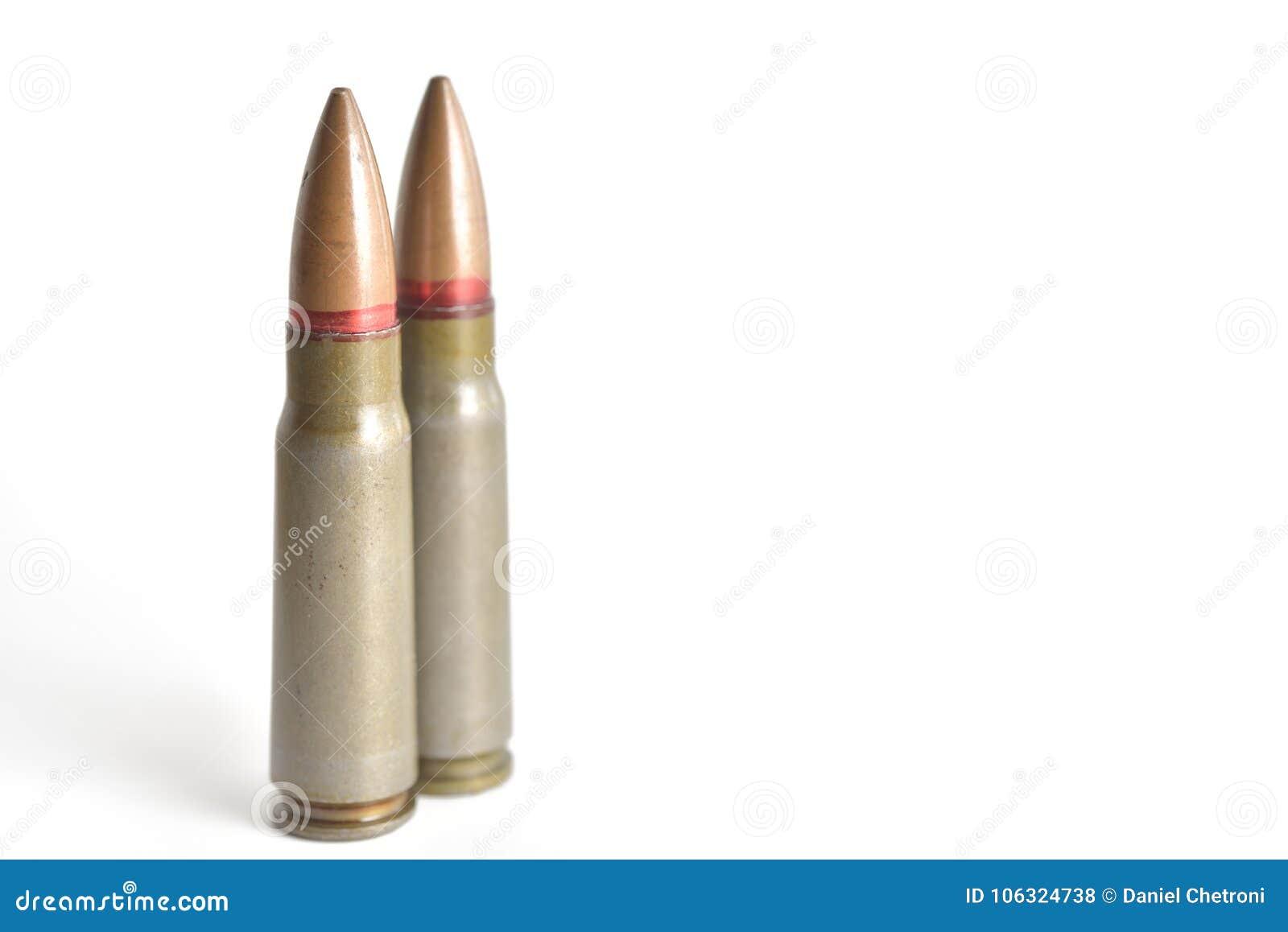 Dwa karabinowego pociska odizolowywającego na białym tle Militarny ammun