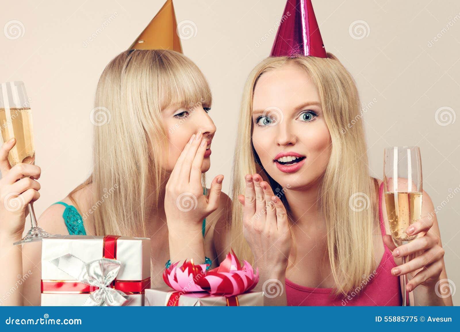 Dwa kobiety świętuje urodziny