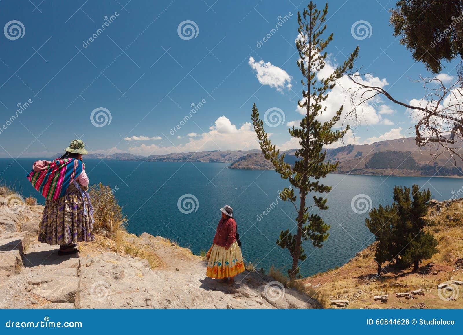 Dwa kobiety Przy Titicaca jeziorem