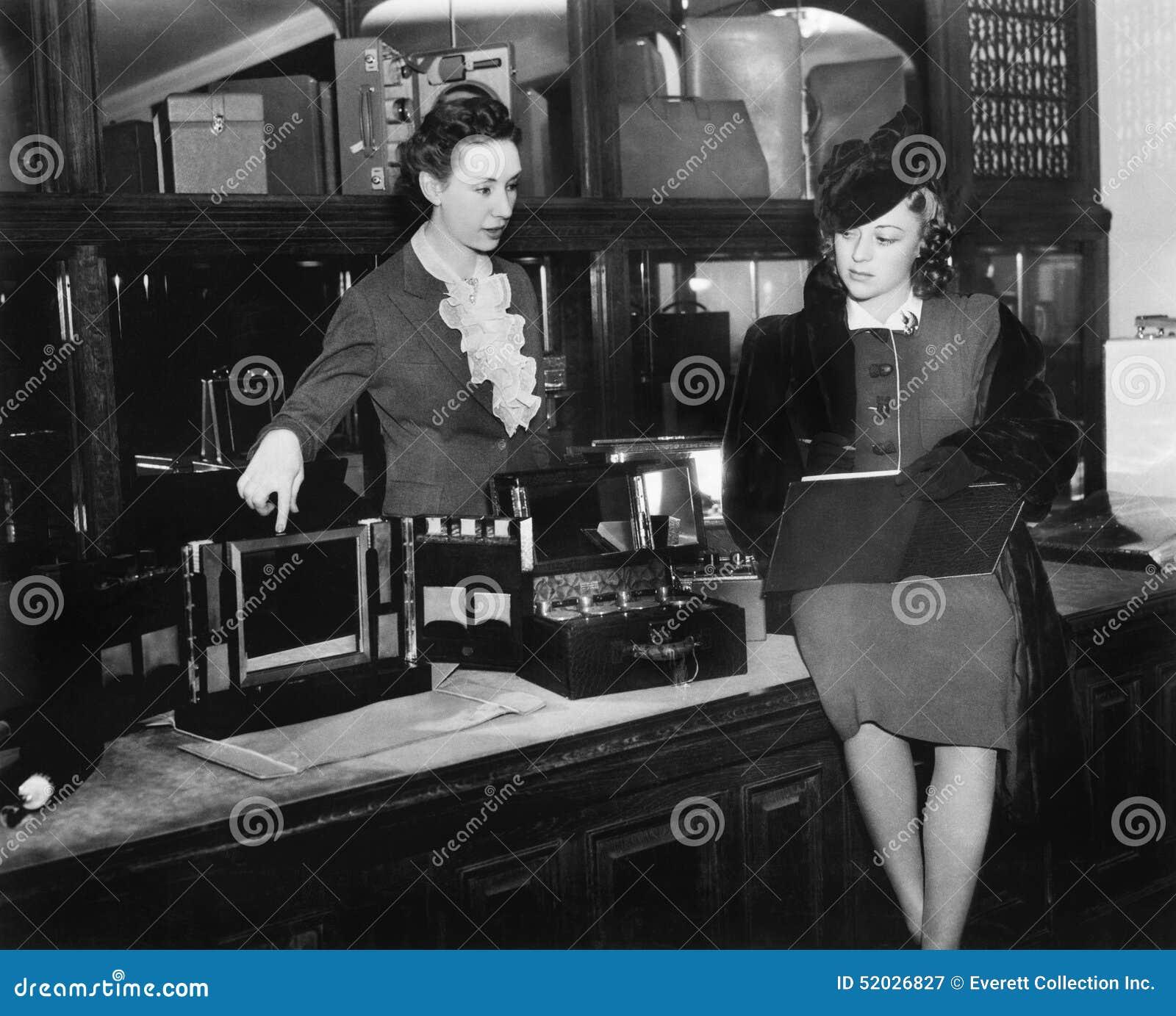 Dwa kobiety w wydziałowym sklepie (Wszystkie persons przedstawiający no są długiego utrzymania i żadny nieruchomość istnieje Dost