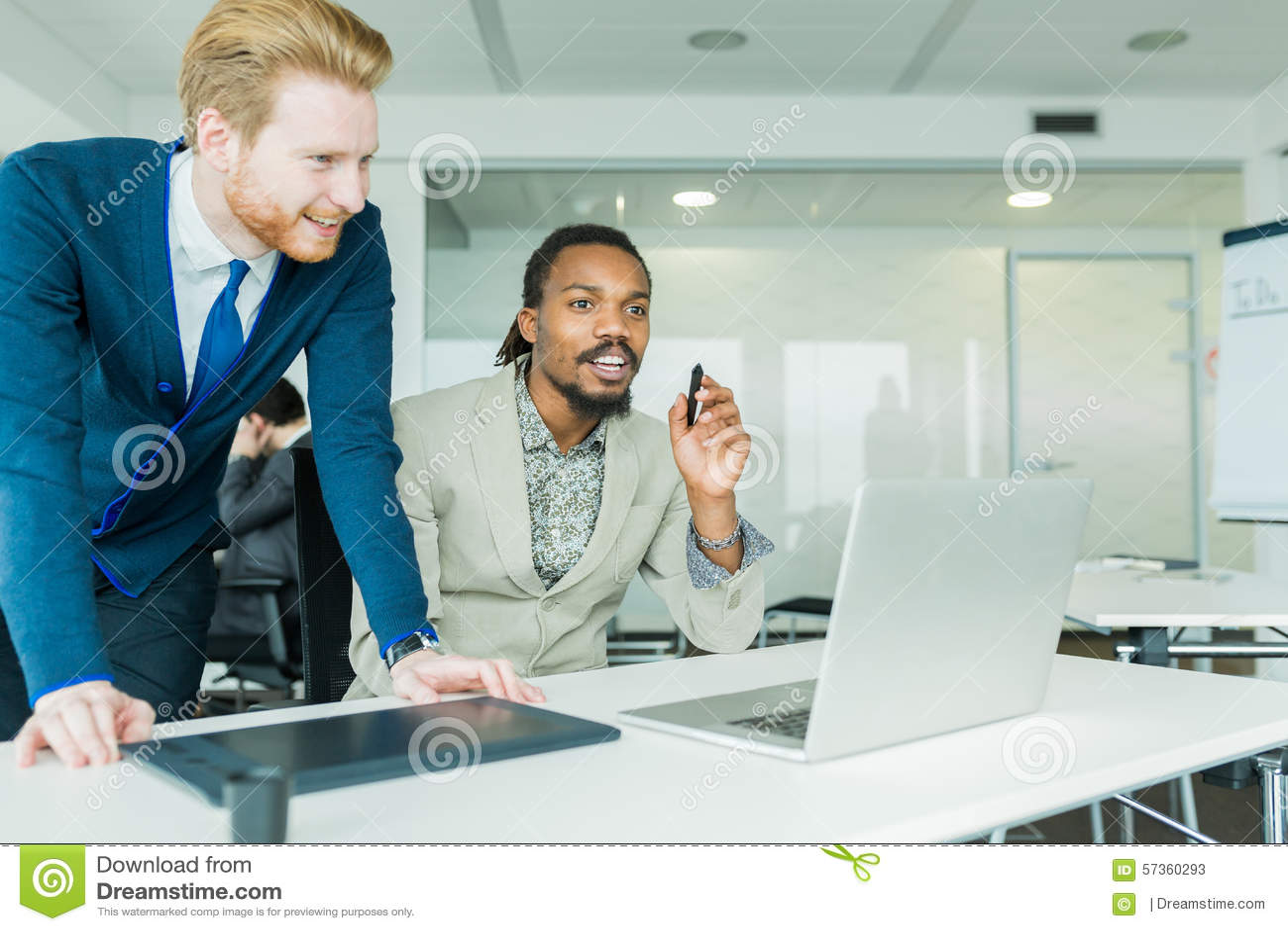 Dwa kolegi dyskutuje grafika wady projektowe w ładnym bielu