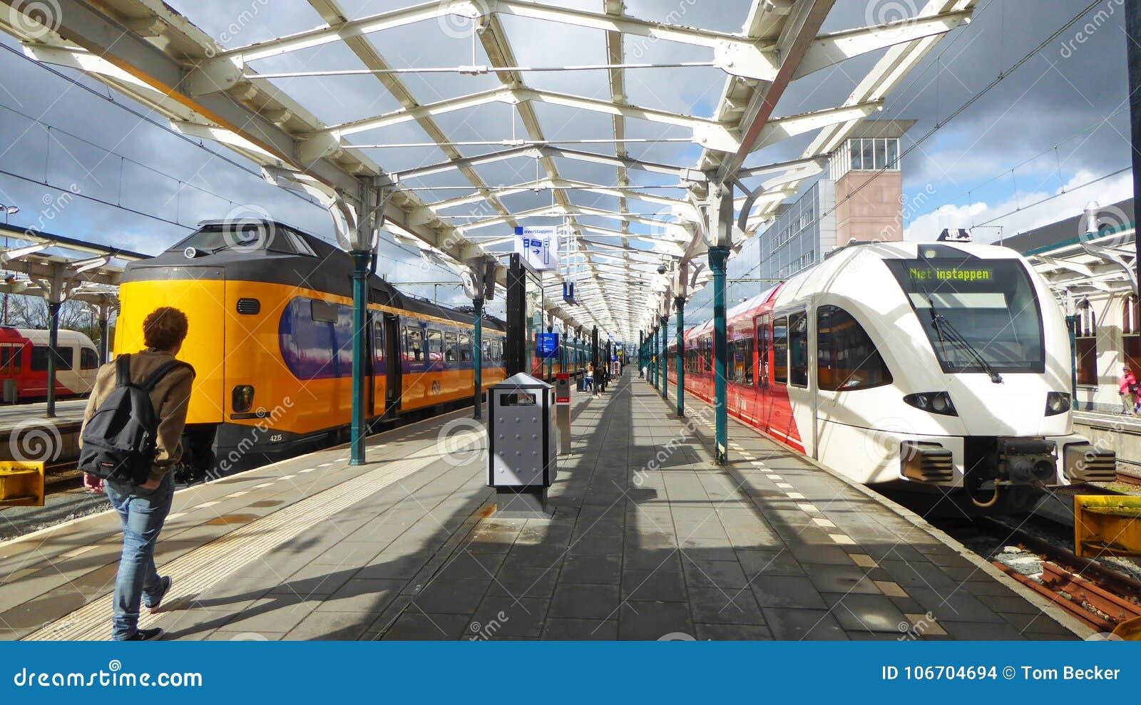 Dwa kolorowej kolejki oczekują pasażerów przy linii kolejowej stacją w Leeuwarden w holandiach